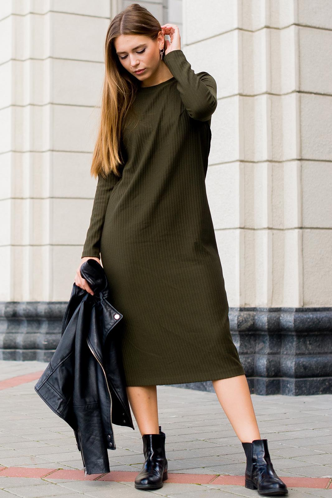 Платье ниже колена с сапогами фото перемещением пупка